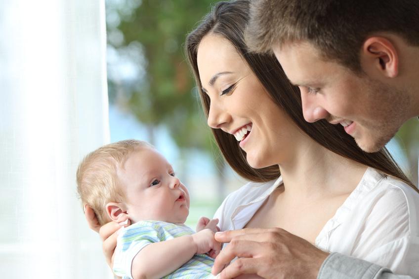 Eltern halten ih Baby auf dem Arm