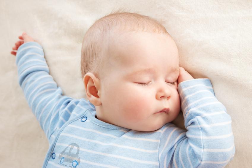 baby seitenschl ferkissen deshalb ben tigt ihr baby ein keilkissen. Black Bedroom Furniture Sets. Home Design Ideas