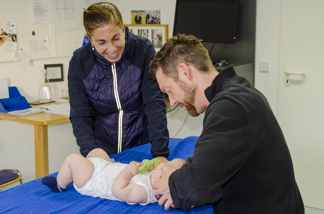 Behandlung der Halswirbelsäule eines Babys mittels Osteopathie mit der Mutter