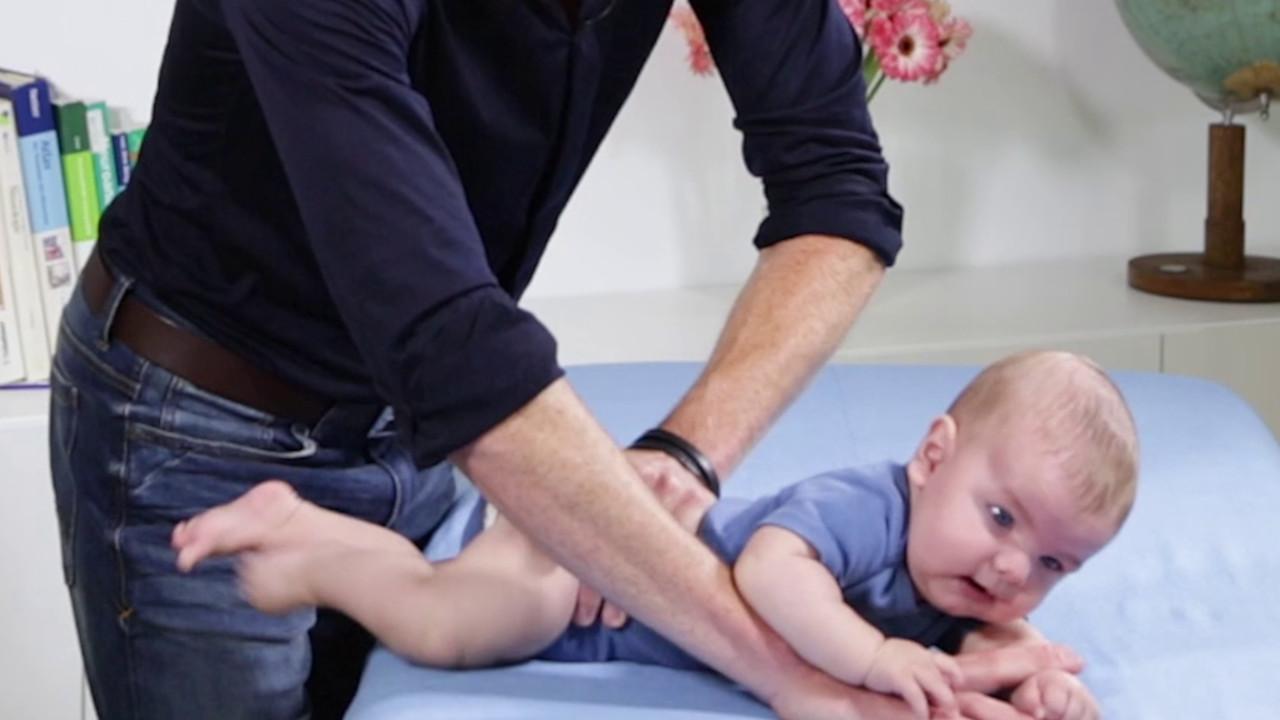 Übung zur Aktivierung der seitlichen Rumpfmuskulatur bei Haltungsasymmetrie im Säuglingsalter 01
