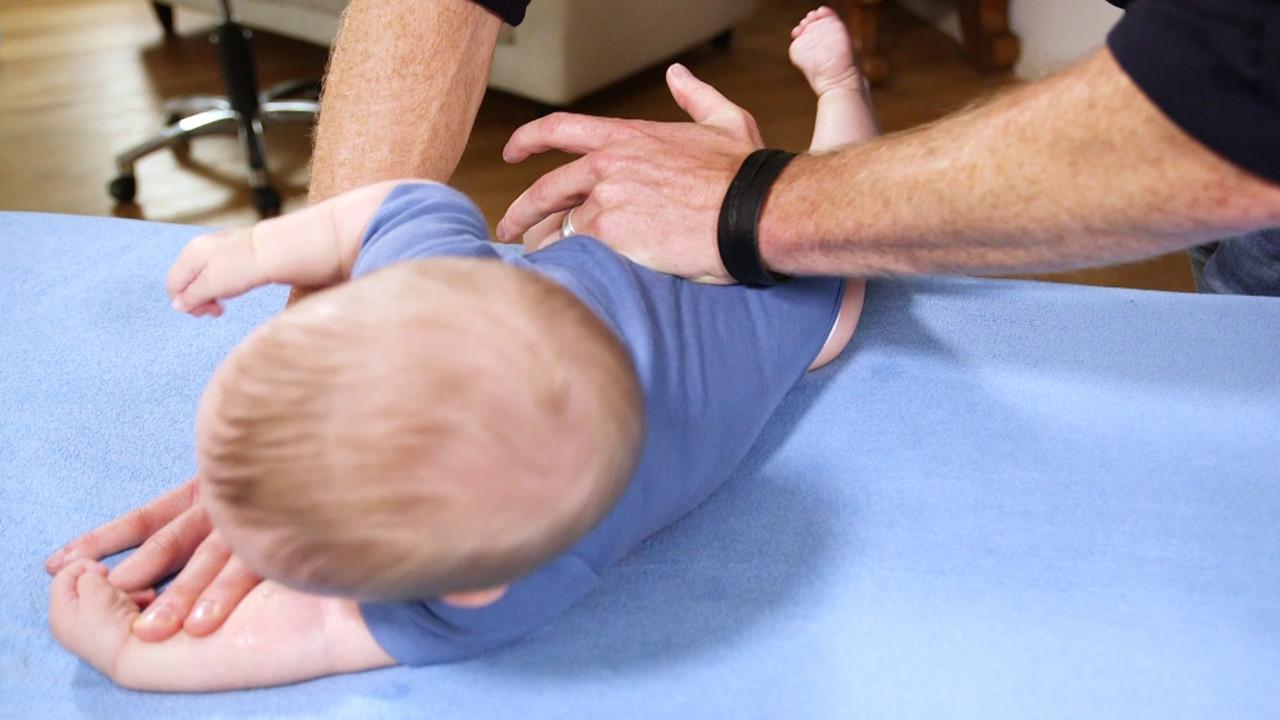 Oefening voor het activeren van de laterale rompspieren bij houdingsasymmetrie in de kindertijd 02