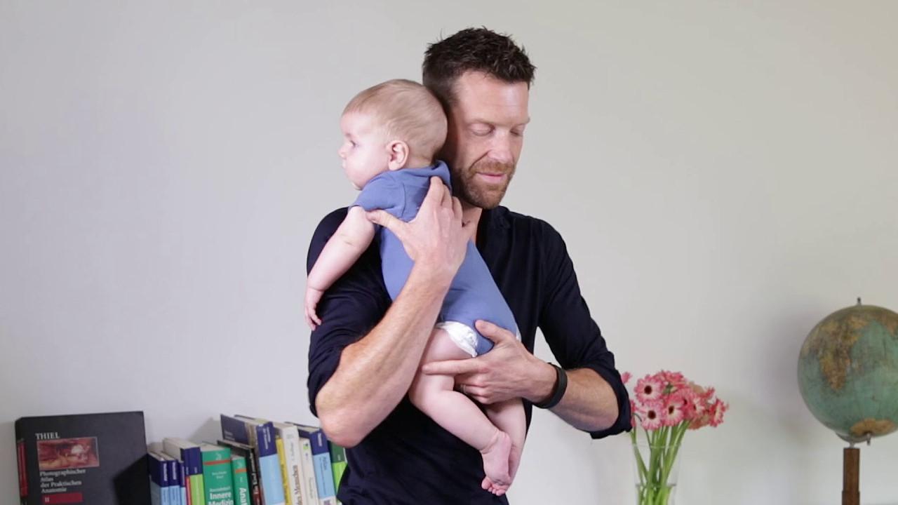 Bobath-Handling Tragen eines Säuglings zur Korrektur bei einer bevorzugten Kopfrotation über der Schulter